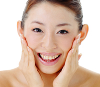 まず、洗顔用石鹸などを泡立て、固い泡を作ります。顔の肌は手の摩擦もNGです。毛穴の奥の汚れまで、細かい泡で汚れを吸着させるように、微振動を与えながら洗います。
